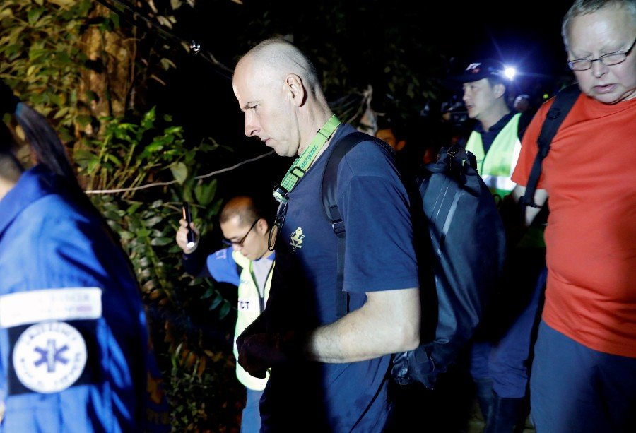 British divers in Thai cave rescue make UK honours list | New