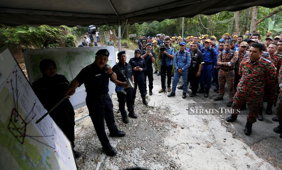 Nilai district police chief Superintendent Mohd Nor Marzukee Besar briefs the search team ahead of the resumption of the search and rescue mission. -NSTP/Iqmal Haqim Rosman