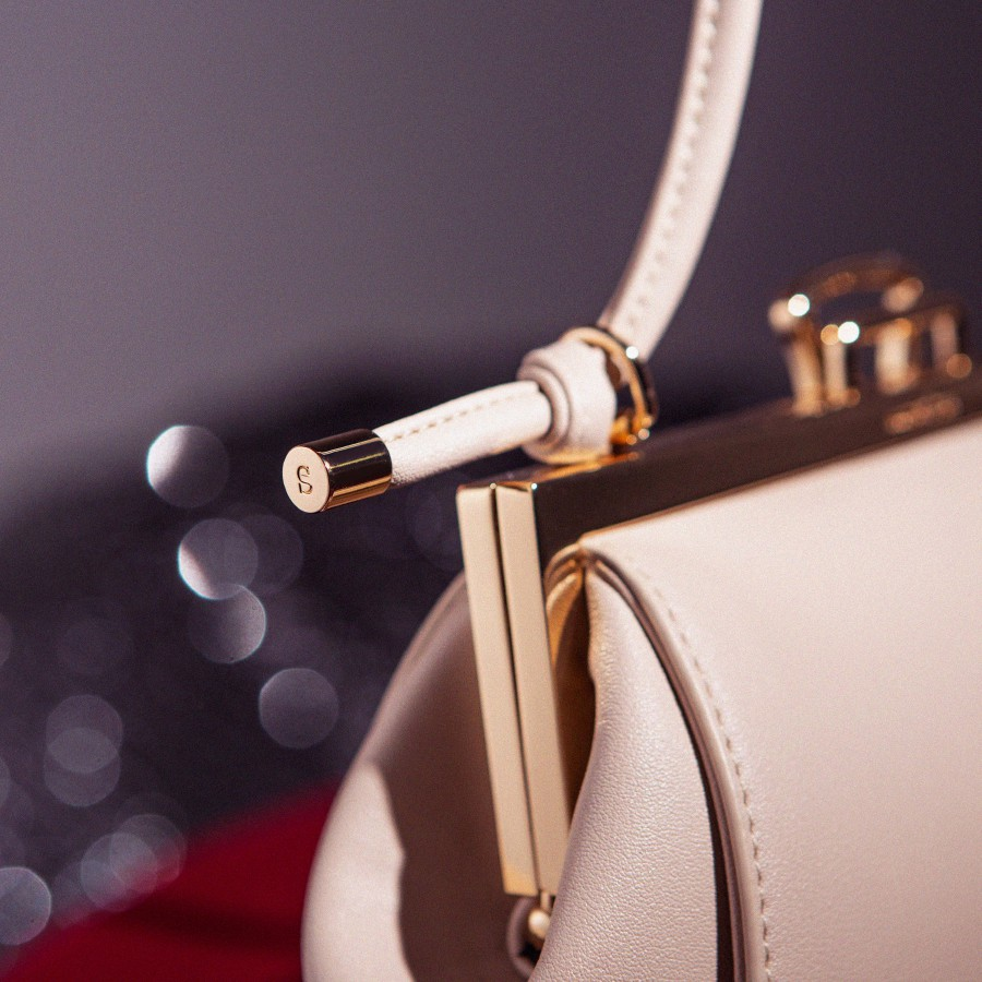 Lofarclutch has knotted and flexible strap.
