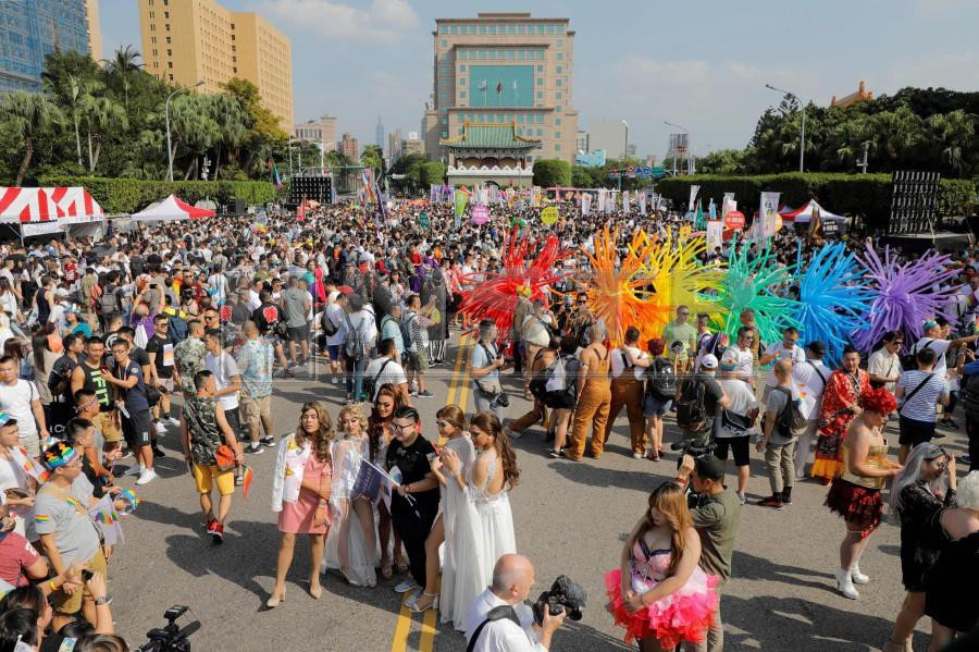 Participants gather at the square outside the presidential office for the start of a gay pride parade in Taipei on October 27, 2018. - Flamboyant drag queens and horned devils rubbed shoulders with Christian pastors and supporters on October 17 as tens of thousands of people took part in Taipei's Gay Pride parade -- the biggest in Asia -- ahead of a landmark vote next month on LGBT rights on the island. AFP