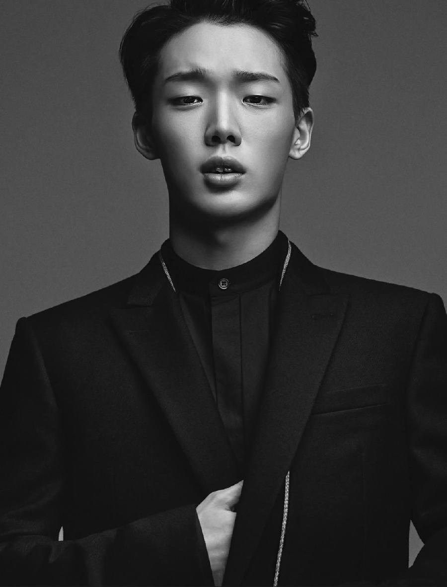 showbiz south korean boyband ikon s bobby falls off concert stage