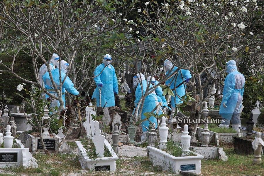 The burial process was handled by some 10 personnel from the Terengganu Health Department, who were wearing personal protective equipment (PPE). - NSTP/GHAZALI KORI