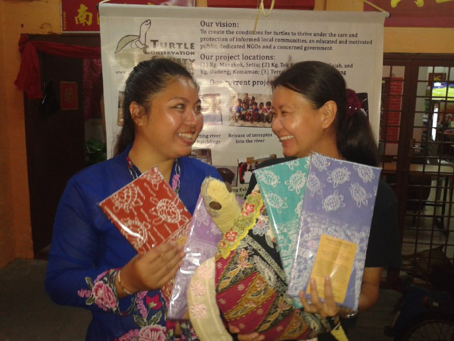 Turtle Conservation Society of Malaysia volunteer Tan Yuan Ying (left) and its co-founder Chen Pelf Nyok promoting turtle conservation-awareness merchandise at the Terengganu Peranakan Festival in Kampung Cina, Kuala Terengganu. Pic by NSTP/ Adrian David