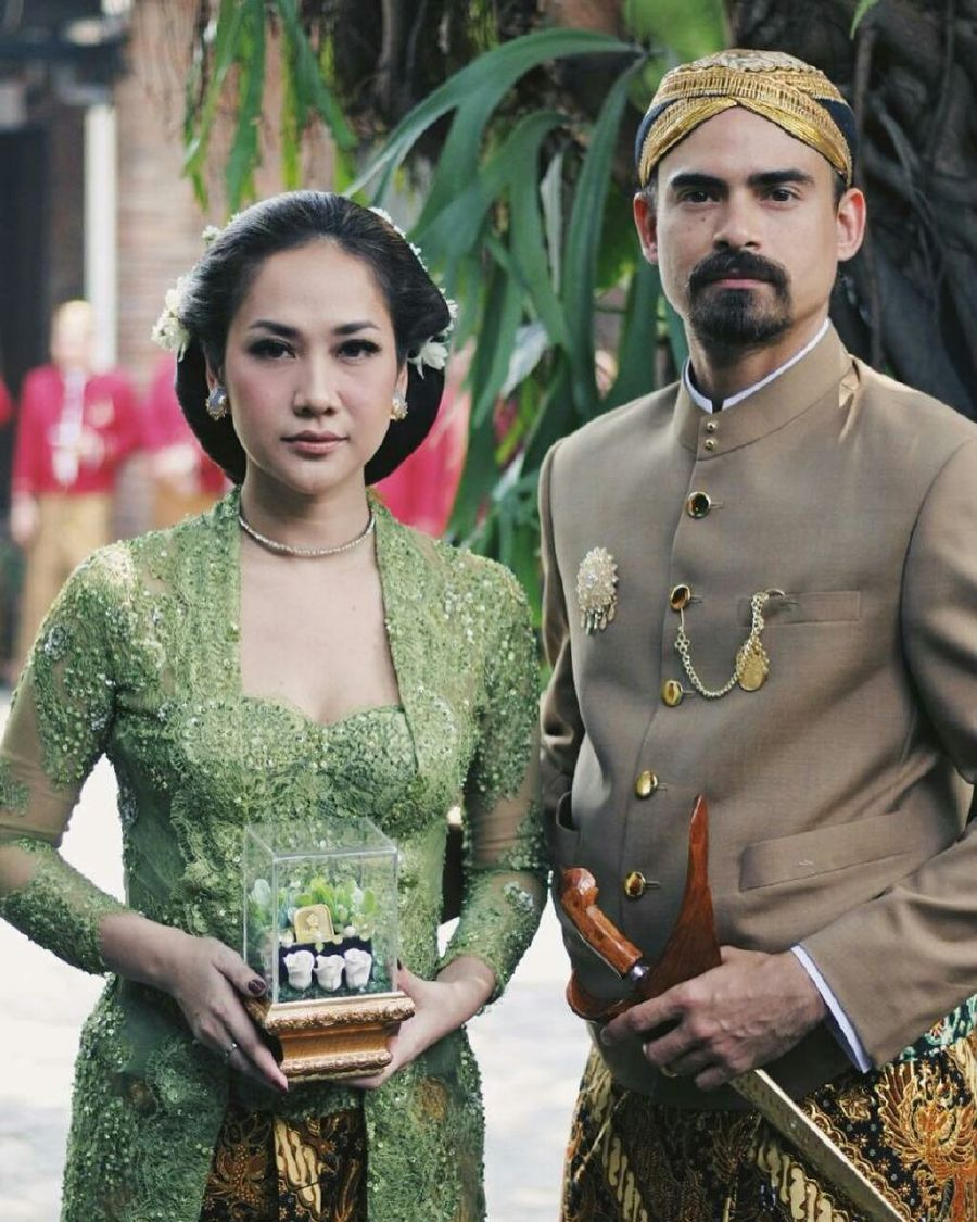 Indonesian Celebrity Classy a secretless affair does it for celebrity couple ashraf sinclair