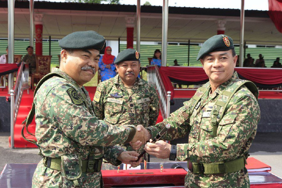 Brig Gen Toh Choon Siang (right) taking over command of the 11th Infantry Brigade based at Sungai Buloh, Selangor from retiring Brig Gen Brig Gen Abdul Kadir Ahmad (left), in the presence of 4th Infantry Division chief Major Gen Datuk Zakaria Yadi.