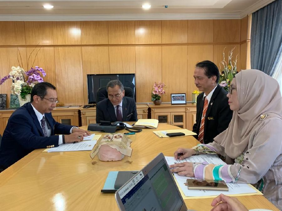Health Minister Datuk Seri Dr Dzulkefly Ahmad discussing with the Ministry of Health Secretary-General Dr Chen Chaw Min and Health Director-General Datuk Dr Noor Hisham Abdullah on the latest development of Covid-19 in Putrajaya. -NSTP/EMAIL