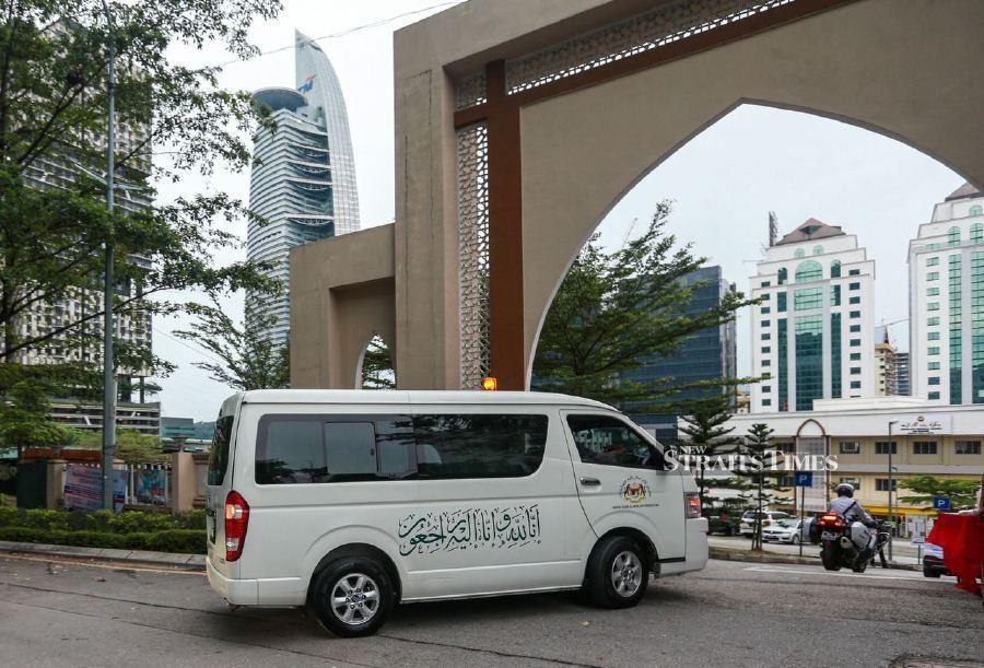 A convoy of 10 vehicles bearing the remains of Tun Rahah Mohamed Noah arrived at the Ar-Rahah Mosque at Kampung Kerinchi here, at 7.50am today. - NSTP/ASWADI ALIAS.