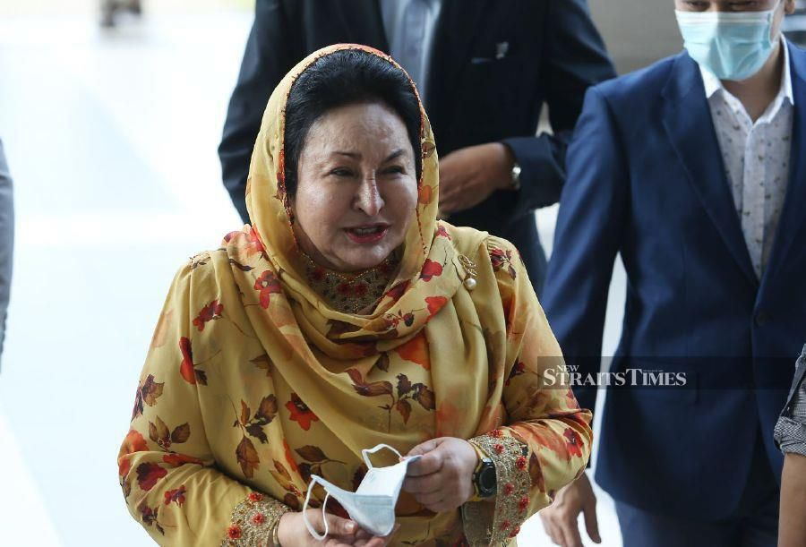 Datin Seri Rosmah Mansor gestures as she arrives at the Kuala Lumpur Courts Complex ahead of the trial. -NSTP/ROHANIS SHUKRI.