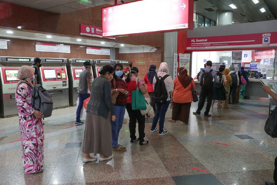 Commuters lining up to purchase My30 pass at a RapidKL counter. -Pic courtesy of RapidKL