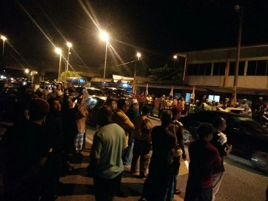 Some 150 Pas supporters led by state Pas Youth chief Ahmad Fadhli Shaari held a peaceful protest at Wisma Tok Guru, the Kelantan headquarters for Parti Amanah Negara (PAN), urging its members to vacate the building. Pix courtesy of NST Reader