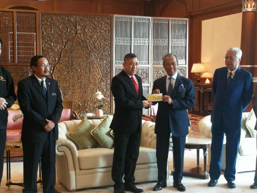 I-Berhad chairman Tan Sri Lim Kim Hong hands over a RM1 million cheque to Prime Minister Tan Sri Muhyiddin Yassin at his office in Putrajaya in support of the Covid-19 Pandemic Fund. - Courtesy pic