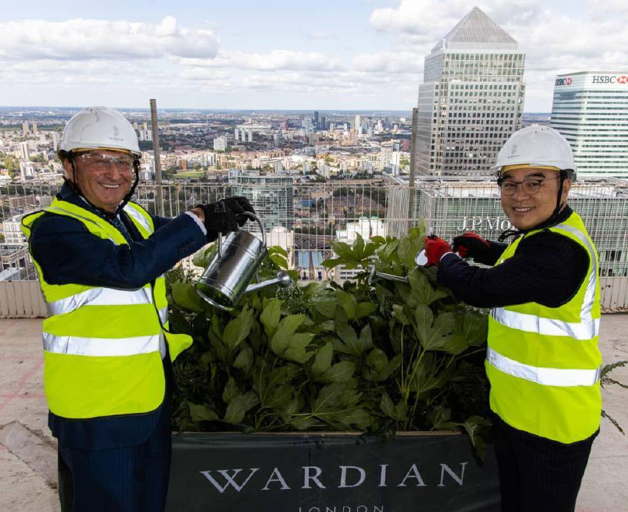 Ballymore Group chairman and group chief executive Sean Mulryan (left) and Eco World International Bhd executive vice chairman Tan Sri Liew Kee (right) officiated at the Wardian London's topping out ceremony today.