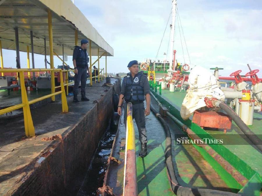 Labuan marine police seized a vessel laden with 450,000 litres of diesel, all worth more than RM2.4 million , on Thursday for alleged possession of the fuel without valid permit. NSTP/ Juwan Riduan