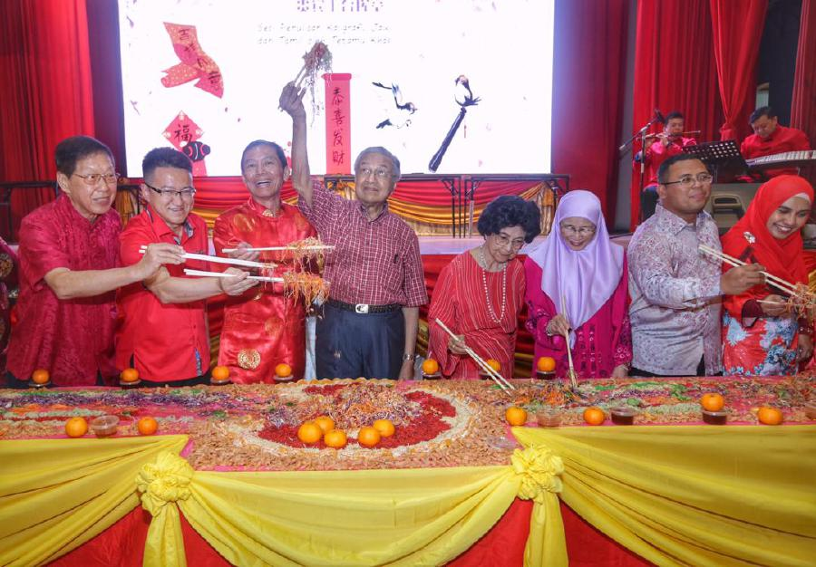 Prime Minister Tun Dr Mahathir Mohamad with wife Tun Dr Siti Hasmah Ali, Deputy Prime Minister Datuk Seri Dr Wan Azizah Wan Ismail, Kuala Lumpur and Selangor Chinese Assembly Hall chairman Datuk Ong Seng Khek (3rd- left) and guests join in the tossing of Yee Sang during the Chinese New Year Open House in Kuala Lumpur. -NSTP/Mohd Yusni Ariffin