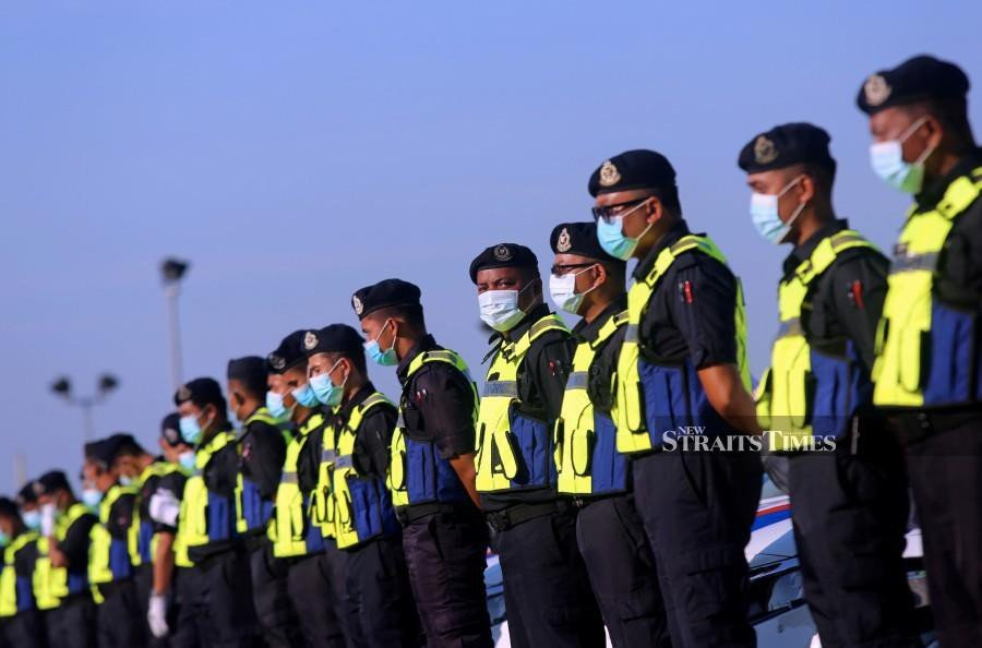 Alliance for Safe Community chairman Tan Sri Lee Lam Thye said while the formation of the Environmental Crime Unit, which falls under the jurisdiction of the police is lauded, it is vital to ensure the unit members possess expertise to tackle pollution issues. - NSTP/File pic