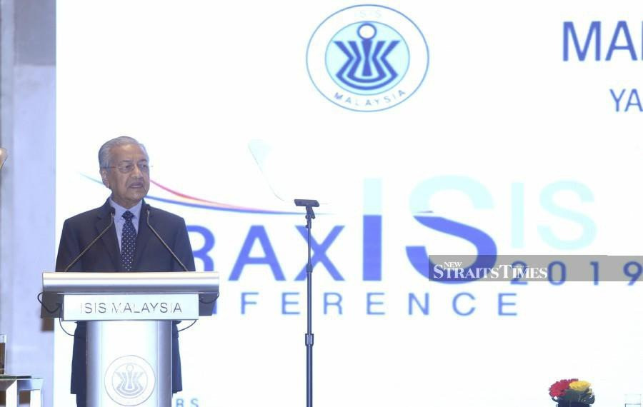 Prime Minister Tun Dr Mahathir Mohamad delivers his speech during the launch of the ISIS Praxis conference in Kuala Lumpur. -NSTP/Mohamad Shahril Badri Saali