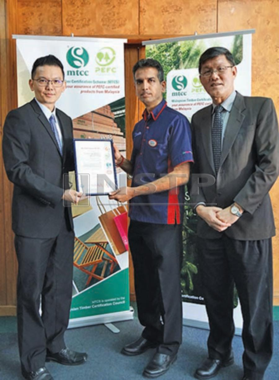 SGS Malaysia general manager Kenny Looi (left) presenting the MTCS Chain of custody certificate to Setia-Wood Industries Sdn Bhd general manager Shanthan Suppiah. With them is MTCC chief executive officer Yong Teng Koon.