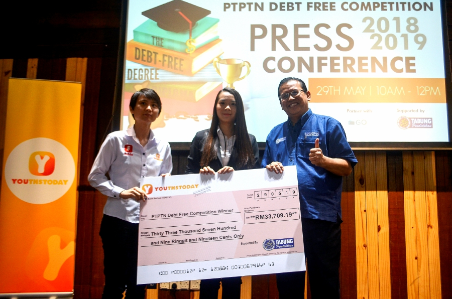 Chief Executive Officer of YouthsToday.com Jazz Tan (left) and Senior General Manager of Public Relations Corporation's Public Relations and Management Council (PTPTN), Abdul Ghaffar Yusof, together with the winner of the First PTPTN Debt Free Competition 2019 Looi Pek Chuan (center) today.-Bernama