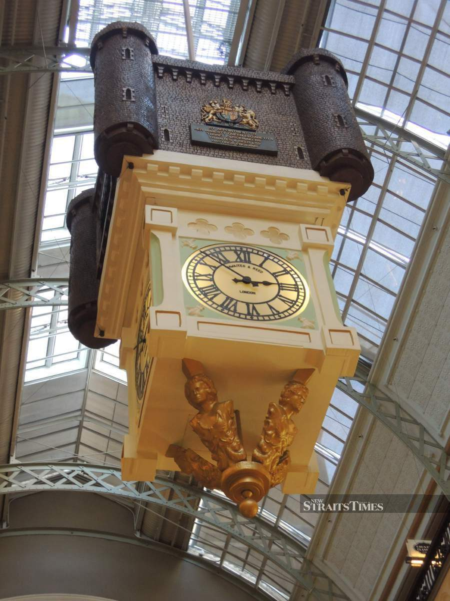 The Royal Clock depicts six scenes of British Royalty.