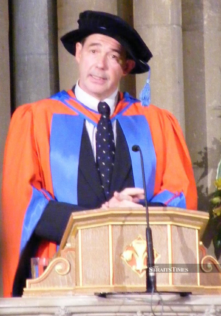 Porritt receiving an honorary degree from University of Exeter in 2008.