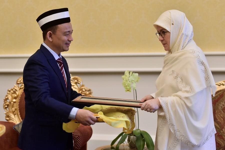 Raja Permaisuri Agong Tunku Azizah Aminah Maimunah Iskandariah (right) receives the credentials from Education Minister Dr Maszlee Malik. - Bernama