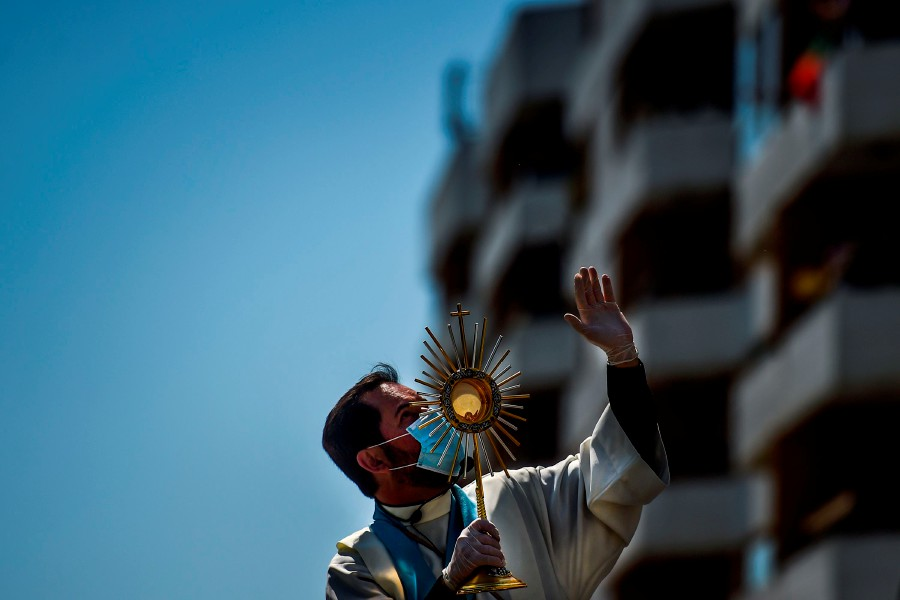 Pope holds Easter Sunday mass scaled back by coronavirus