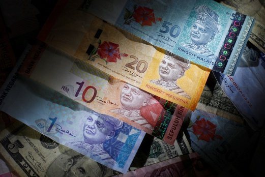 (File pix) Malaysian ringgit notes are seen among other currency notes. Malaysians travelling to Bangkok or other parts of Thailand should not worry about currency exchange as the ringgit is still widely accepted, said money changer operators here. Reuters