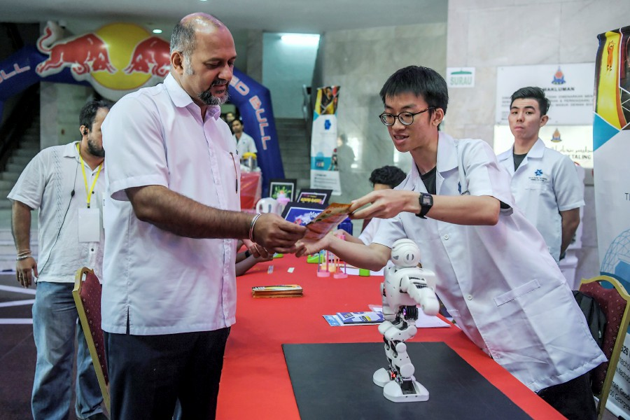 Communications and Multimedia Minister Gobind Singh Deo talking to one of the participants of the PJ Startup Festival 2019 at the MBPJ Civic Hall, today. -- Pix: Bernama