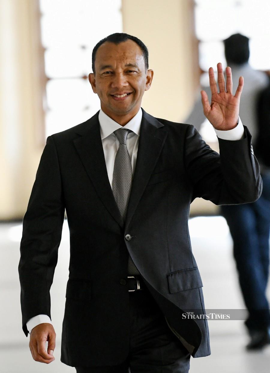 Datuk Rosman Abdullah waves at pressmen as he arrives at the Kuala Lumpur Courts Complex. - BERNAMA pic