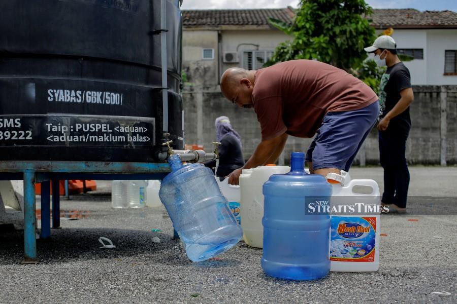 A resident in Ampang collecting water following the water crisis. -NSTP/AIZUDDIN SAAD