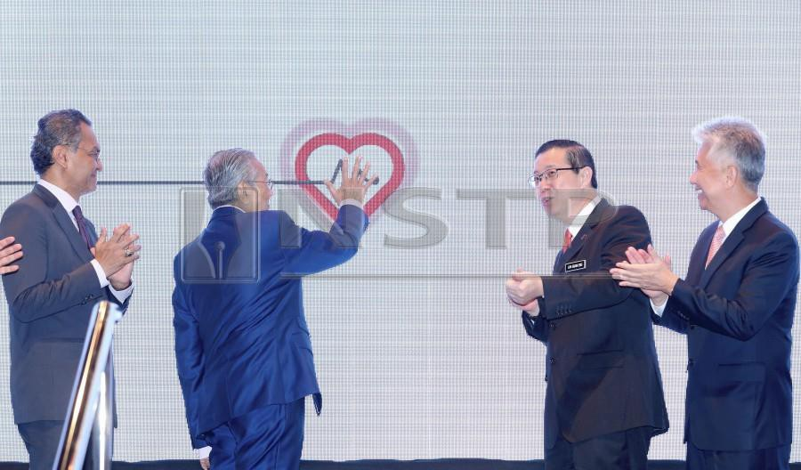 Prime Minister Tun Dr Mahathir Mohamad launches the mySalam B40 National Health Protection Scheme at the Finance Ministry. Looking on are Health Minister Datuk Seri Dr Dzulkefly Ahmad (left), Finance Minister Lim Guan Eng (2nd-right) and Great Eastern Holdings Bhd chief executive officer Khor Hock Seng. - NSTP/AHMAD IRHAM MOHD NOOR