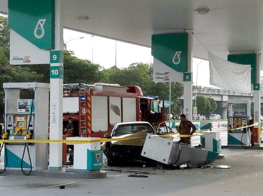 Man flees after ramming car into petrol pumps | New Straits