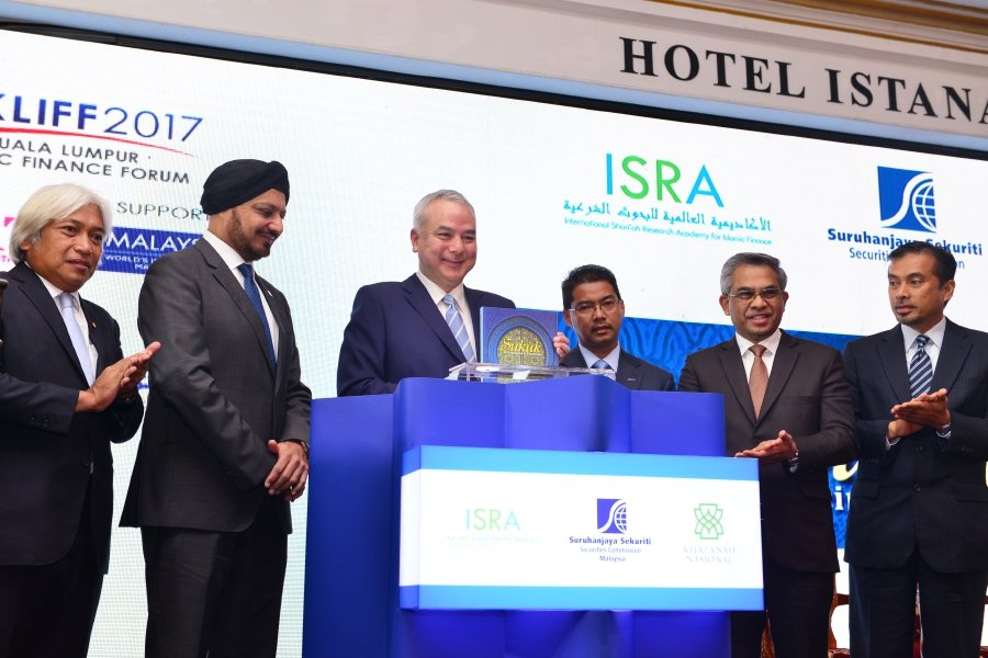 (From left: Tan Sri Muhammad Ibrahim, Governor of Bank Negara Malaysia; Tan Sri Ranjit Ajit Singh, Chairman of Securities Commission; HRH Sultan Nazrin Muizzuddin Shah; Dato' Adissadikin Ali, CEO of RHB Islamic Bank Bhd; Datuk Dr. Mohd Daud Bakar, Group Chairman of Amanie Advisors; Abdul Aziz Abdul Jalal, Chief Executive Officer of Centre of Research and Training (CERT)