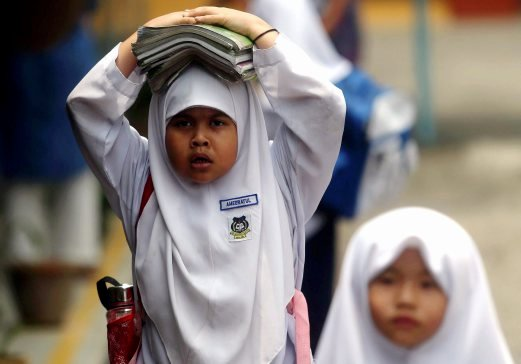 (File pix) The Education Ministry will decide tomorrow whether schools in certain areas will be closed due to the extremely hot weather, said its minister Datuk Seri Mahdzir Khalid. Pix by Syarafiq Abd Samad