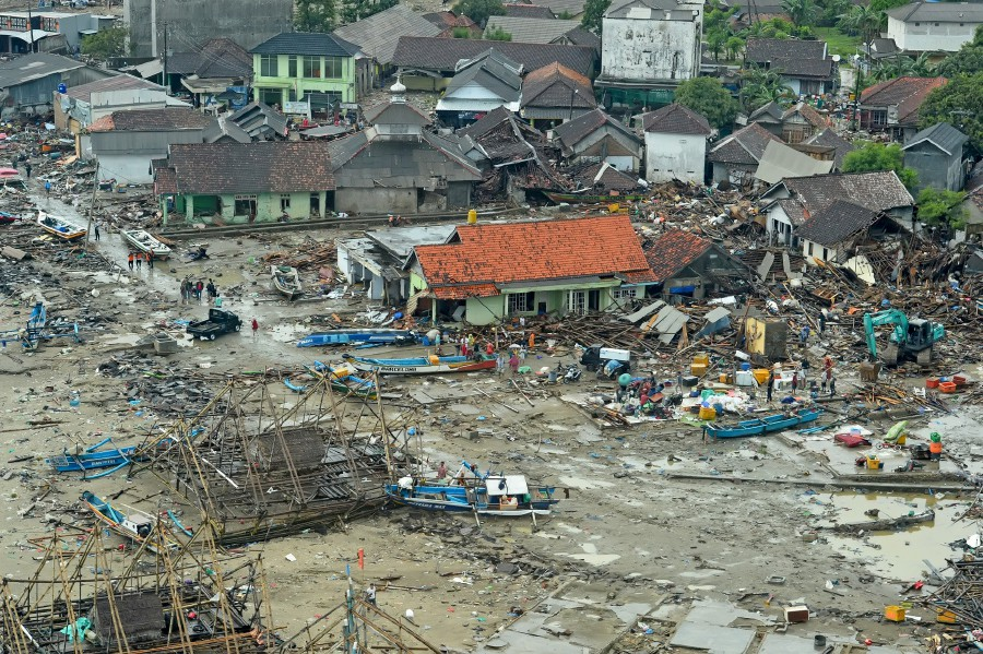 disaster tourists descend on indonesia tsunami sites for perfect