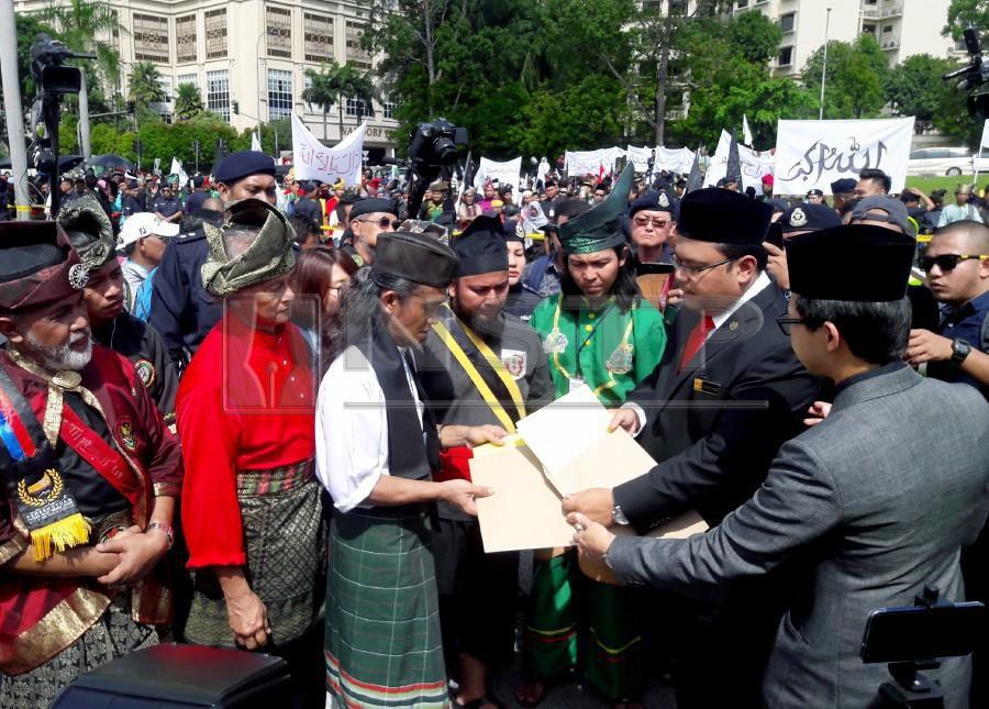 Gabungan Silat Pertahan Perlembagaan deputy chairman Saiful Hakim Mohd Noor presents the memorandum palace representative Azian Effendy at Istana Negara. - NSTP/EIZAIRI SHAMSUDIN