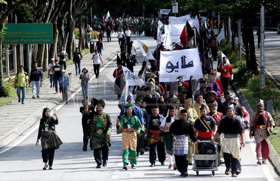 The members started marching from the Federal Territories Mosque towards the Istana Negara. - NSTP/EIZAIRI SHAMSUDIN