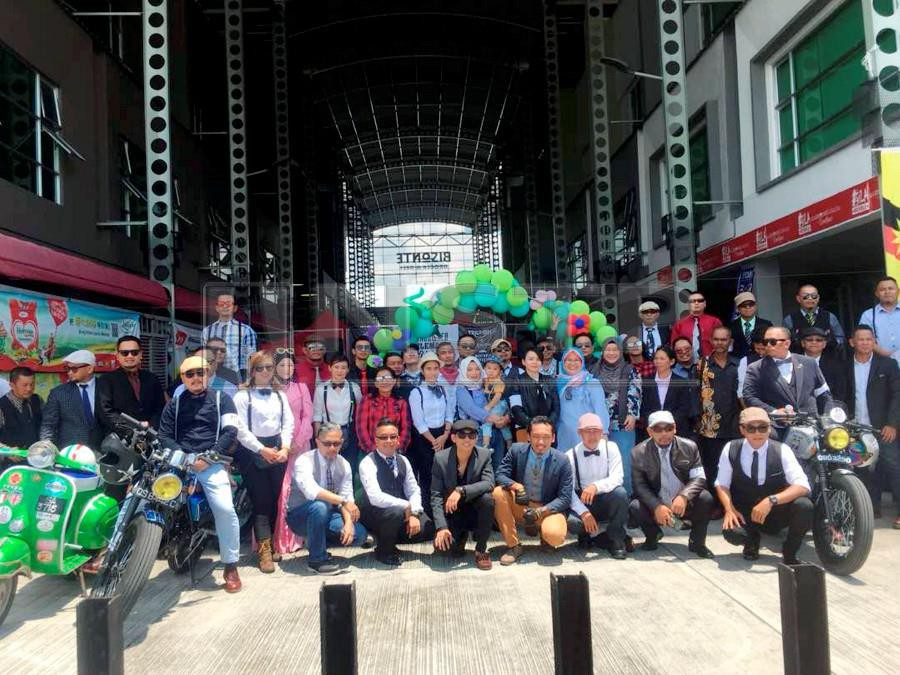 The Distinguished Gentlemen's convoy pose for a group photo in Sibu. - NSTP/HARUN YAHYA