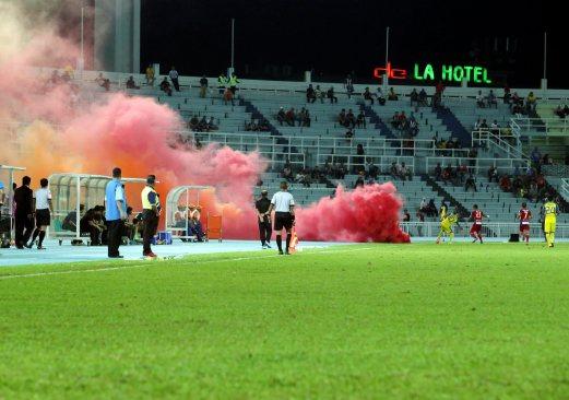 Smoke bombs, flares mar Pahang V KL Malaysia Cup match | New Straits