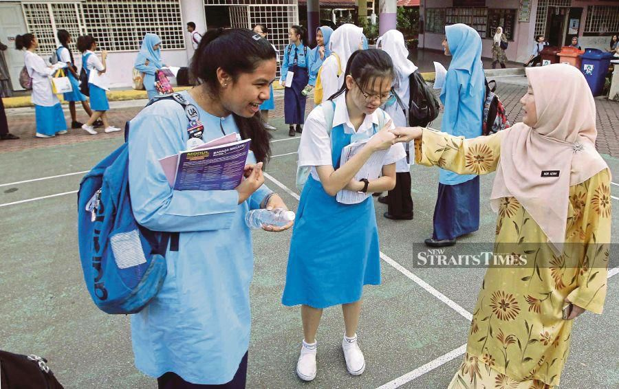 This file pic dated Nov 5, 2019 show SMK Bukit Jalil principal wishing students ahead of their SPM examinations. -NSTP/SAIFULLIZAN TAMADI (pic taken before Covid-19).