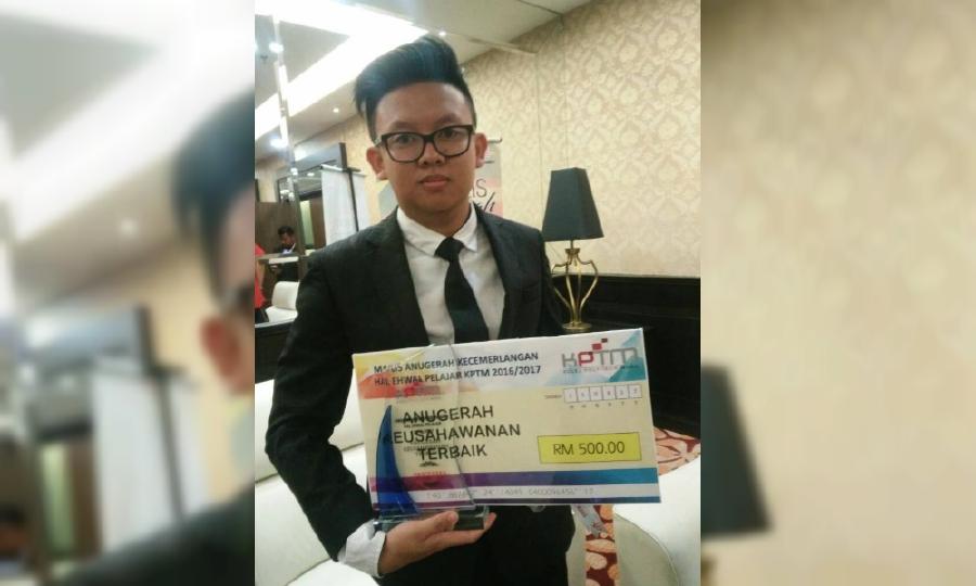 Mohamad Nizam Alias wins the Best Entrepreneurship Award and RM500 in cash during the Kolej Poly-Tech MARA (KPTM) Student Affairs Excellence Award 2016/2017.