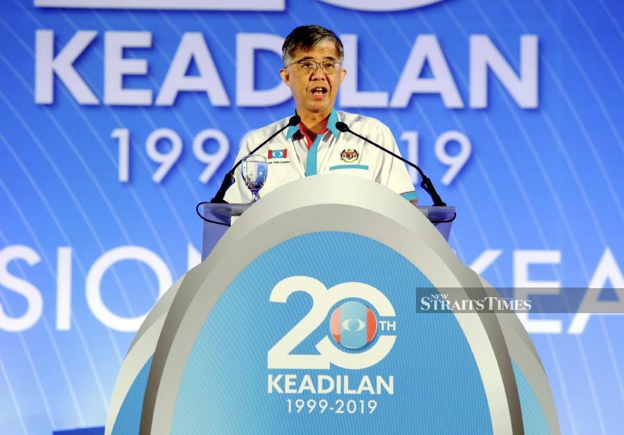 PKR vice-president Tian Chua went into the PKR National Congress today with guns blazing despite having to address a crowd which was hostile to him. (NSTP/KHAIRUNISAH LOKMAN)