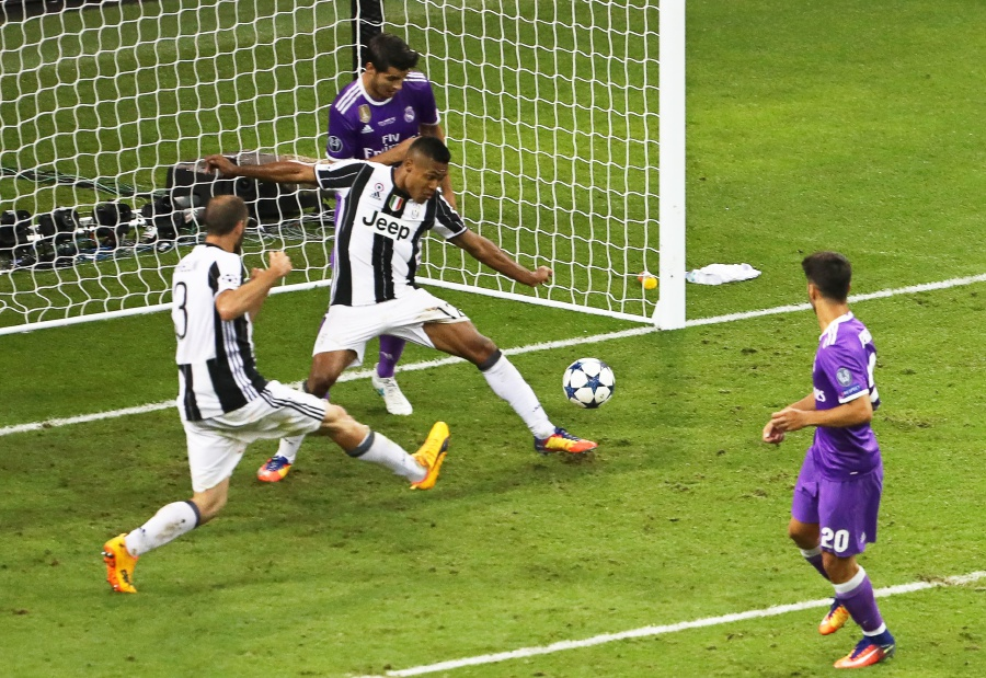 229031ea334e5 Real Madrid s Marco Asensio (right) scores the 4-1 lead against Juventus.  EPA