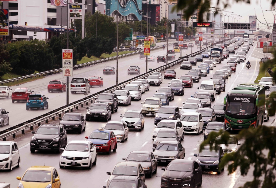 Transport Minister Anthony Loke says the ministry is considering 'rewarding' well-behaved motorists with vehicle insurance discount. NSTP file pic.