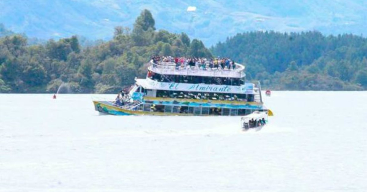 Three dead, 30 missing in Colombia tourist boat wreck