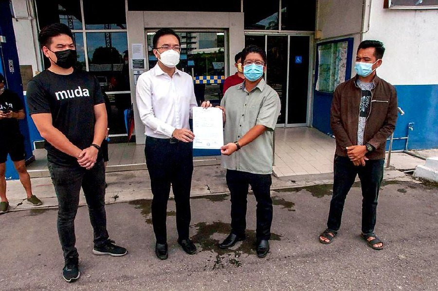 Upko vice-president Datuk Ewon Benedict (2nd right) and Luyang state assemblyman Phoong Jin Zhe (2nd left) lodge police report against Prime Minister Tan Sri Muhyiddin Yassin. -Pic courtesy of Kadamaian state assembly office