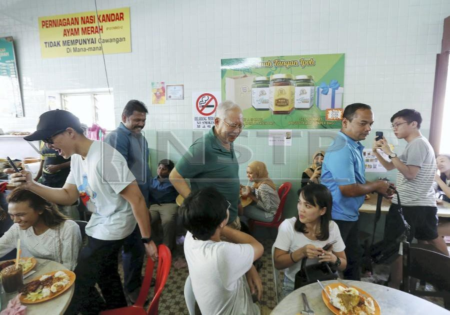 Former Prime Minister Datuk Seri Najib Razak made heads turn as he arrived at the shop at about 1.20pm, with some calling out 'bossku', a tagline he has been using on social media lately. NSTP/EFFENDY RASHID