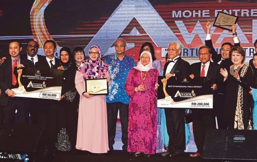 Higher Education Minister Datuk Seri Idris Jusoh (third from right) presenting the most entrepreneurial public university award to Universiti Putra Malaysia vice- chancellor ProfessorDatin Paduka Dr Aini Ideris (fourth from right) at Ministry of Higher Education Entrepreneurial Awards (MEA) 2016 event in Kuala Lumpur on Thursday. With them is Deputy Minister of Higher Education, Datuk Dr Mary Yap Kain Ching (fifth from left). Pic by Saddam Yusoff