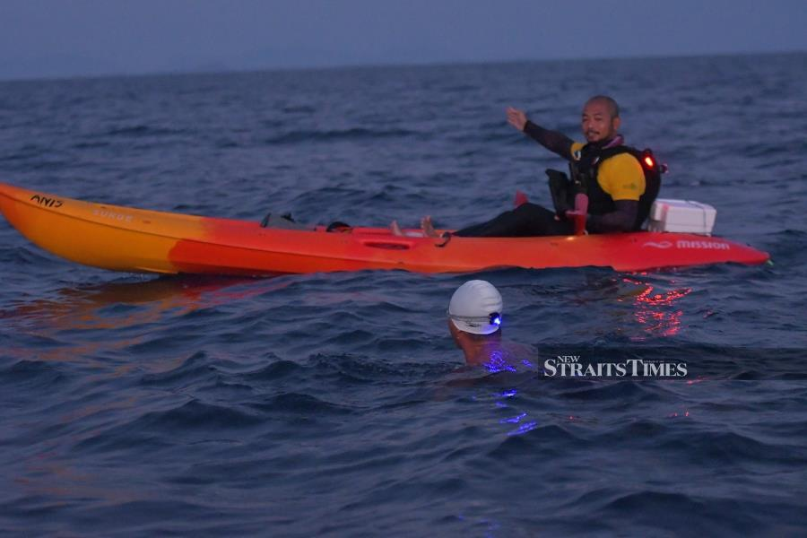 Perhentian Channel Solo Swim 2021 kayaker Mohd Hafizuddin Amlin plays a critical role as a navigator.