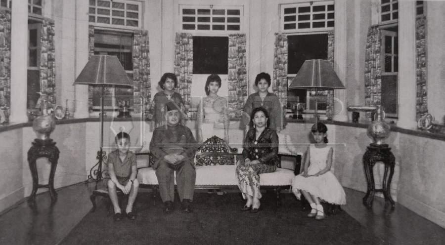 Sultan Yahya Petra posing with his family members at Istana Balai Besar.